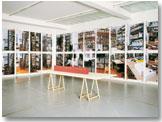 """Allen Ruppersberg: """"The New Five Foot Shelf"""" [El nuevo estante de cinco pies],  2001.  Foto: © Cortesía Galería Micheline Szwajcer, Amberes"""
