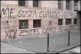 Carlos Motta. Graffitis ideológicos de la buena vida (2005-2008). 'Me gusta cuando votas xq estás como ausente'. Facultad de medicina, Universidad de Buenos Aires, Argentina. 35.56 x 27.94 cms. Cortesía del artista