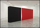 JOSÉ SOTO. Negro y rojo sobre blanco. Espacio continuo en diagonal, 2012. Acrílicos sobre madera, 200 x 600 x 50 cm. Cortesía del artista