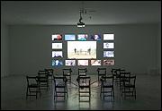 AGNÈS VARDA. Les Veuves de Noirmoutier [Las viudas de Noirmoutier], 2005. Instalación, proyección, 9'30'', sonido, 14 videos, 3'30'', 14 sillas y auriculares, 3,4 x 7,5m. Música de Ami Flammer