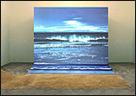 AGNÈS VARDA. Bord de Mer [Orilla del mar], 2009. Fotografía proyectada, video 1', arena, 3,6 x 4,8 m