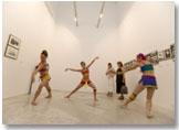 """Imagen de la exposición VER BAILAR. Detalle de la obra """"Pitos y flautas"""". Coreógrafa Blanca Li (2007)"""