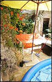 """CELÍA MACÍAS: """"La sombrilla en el patio"""", 2008. Fotografía"""