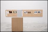 ANDREAS FOGARASI. Süden (Sur), 2005. Instalación. Madera, impresiones digitales. Cortesía de Georg Kargl Fine Arts, Viena. Vista de la instalación en el CAAC, 2011. Foto: Guillermo Mendo