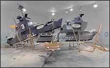 RODRIGO MARTÍN FREIRE. 4º de juegos, 2011. Instalación. Madera, plástico, vidrio y pintura. Dimensiones variables