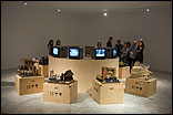 """ZHOU XIAOHU: """"La multitud de transeúntes"""", 2003-04. 10 Esculturas de cerámica, 10 animaciones DVD (vista de la sala). Fotografía: Guillermo Mendo"""