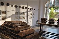 CLAIRE PENTECOST. Soil-erg, 2012. Lingotes y discos moldeados de compost, diversas medidas 43 dibujos, grafito y compost sobre papel, 38,1 x 45,7 cm. Paneles de cristal bañados en oro, 200 x 80 cm