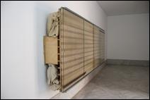 REINHARD MUCHA. Bantin, 2003. Instalación escultórica: madera, cristal, aluminio, esmalte pintado en el reverso del cristal y tela de algodón