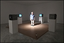 PETER CAMPUS. Cavidades �pticas, 1972�73. Instalaci�n de v�deo de circuito cerrado. 4 c�maras de videovigilancia, 4 monitores de v�deo CRT sobre peana, 1 mesa de mezcla de v�deo. Cortes�a del artista y Cristin Tierney Gallery, Nueva York. � Peter Campus, 2017