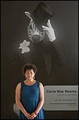 CARRIE MAE WEEMS a la entrada de su exposición en el CAAC. Mayo 2010