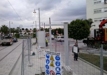 La Junta instala la primera marquesina del tren tranvía de la Bahía de Cádiz en San Fernando