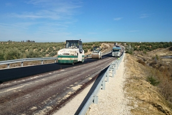 Los trabajos en la variante de Arjonilla continúan con el extendido del aglomerado, lo que permitirá finalizarlos en febrero