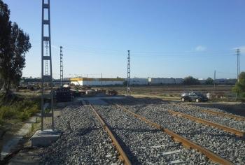 La Junta ya ha instalado el 60% de las vías en el trazado urbano del tren tranvía a su paso por Chiclana