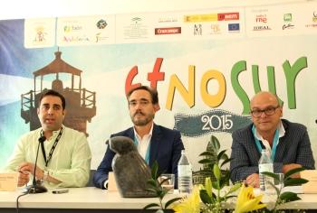 """Felipe López destaca """"los valores únicos de convivencia multicultural"""" del festival Etnosur 2015"""