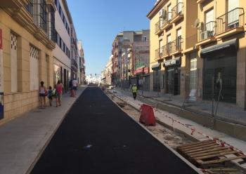 La Junta culmina el aglomerado en la calle Mendizábal por las obras del tranvía para el paso de la Vuelta Ciclista a España