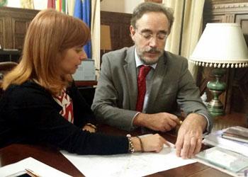 López informa a la alcaldesa de Úbeda del inicio de obras de rehabilitación de viviendas públicas en el centro histórico