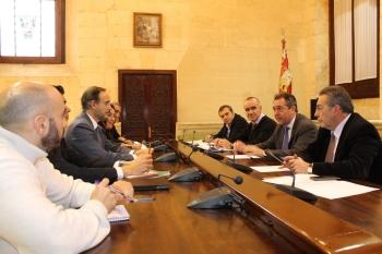Junta y Ayuntamiento de Sevilla fijan un marco de colaboración en viviendas públicas y programas de rehabilitación