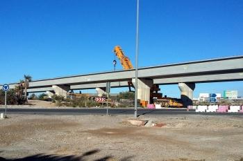 Finalizan los trabajos para la colocación de las vigas en el viaducto del enlace de Las Losas, en Roquetas de Mar