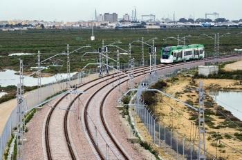 Fomento prepara con medidas de seguridad la electrificación de la catenaria del tren tranvía de la Bahía de Cádiz