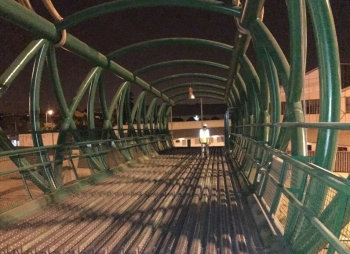 Continúan los trabajos para la instalación de la pasarela ciclopeatonal sobre la SE-30 con el hormigonado del vano central