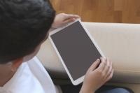 El IAM entrega 60 tabletas a la población infantil de los centros de acogida para que puedan continuar con su formación online