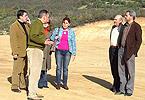 Responsables del parque natural y del municipio, junto a las obras.