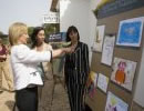 La consejera Fuensanta Coves observa los dibujos de los participantes.