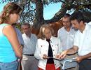 La consejera Fuensanta Coves en un encuentro con miembros de FALCOR.