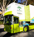 El autobús de la marca Parque Natural de Andalucía a su paso por Sevilla.