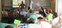 Una veintena de personas mayores participa en talleres de artesanía con residuos con el programa Recapacicla de la Junta