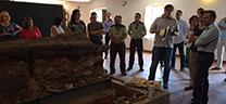 El consejero de Medio Ambiente y Ordenación del Territorio supervisa los últimos trabajos de preparación del fósil que se expondrá en Cortijo el Berrocal