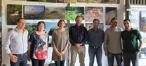El delegado de Medio Ambiente visita en Doña Mencía dos exposiciones unidas por la Vía Verde de las Subbéticas