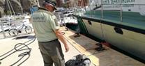 """La embarcación de vigilancia de la Junta de Andalucía """" Isla de Tarifa"""" retira una red de pesca ilegal en la zona de reserva del Parque Natural Cabo de Gata - Níjar"""