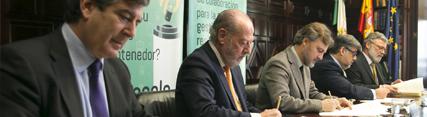 José Fiscal durante la firma del convenio