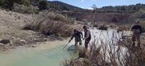 Voluntarios realizan un muestreo del río Alcaide en el Parque Natural Sierra María Los Vélez