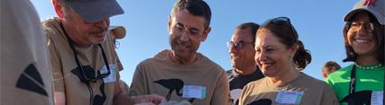 La consejera anilla un pollo de flamenco en la Laguna de Fuente de Piedra