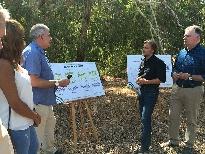 El consejero de Medio Ambiente y Ordenación del Territorio, José Fiscal, ha presentado hoy en la Casa Forestal de El Mustio, en Aroche, los resultados del Plan de Conservación del Buitre Negro en Andalucía