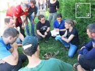 Una Agente de Medio Ambiente perteneciente a la Unidad Forense de Apoyo (UFOA) imparte formación especializada a agentes de Policía Foral navarra y Ertzaintza del País Vasco, sobre cuadros posturales en fauna silvestre muerta por diversas causas derivadas de la acción humana.