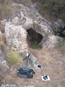 Equipo grabación instalado en la entrada de la cueva La Gitana