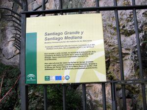 Detalle del cartel informativo que hace referencia a la regulación del acceso a la cueva Santiago Mediana, Cazalla de la Sierra (Sevilla)