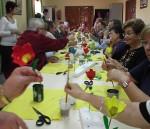 Personas mayores asistiendo a una celebración sobre Medio Ambiente
