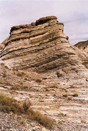 El paisaje más característico se modela sobre turbíditas; alternancia de areniscas y margas depositadas por antiguos abanicos submarinos en el talud de una cuenca marina.