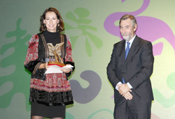 María Rosas Alcántara recogiendo su premio