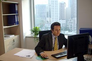 Responsable de una empresa andaluza realiza su trabajo en un Centro de Negocios.