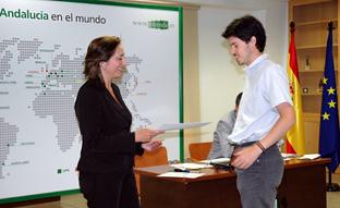 Uno de los participantes en el programa recoge su diploma acreditativo.