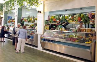 Uno de los puestos del mercado de Almuñécar (Almería).