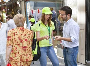 Una asistente comercial informa a un consumidor.