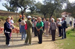 Un grupo de mayores realiza una actividad al aire libre.