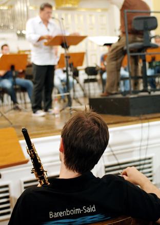 Un joven músico de la orquesta.