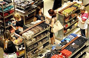 Público en un establecimiento comercial. (Foto EFE)